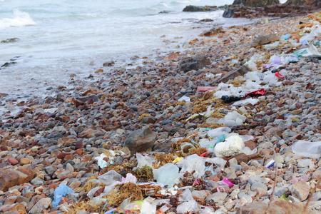 바위 해안에 쓰레기, 폐기물 오염