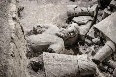 中国、西安 - 3 月 14 日: Ping Ma Yong、2016 年 3 月 14 日中国西安市のテラコッタ軍隊。ユネスコ世界遺産。葬式の壊れた兵士の像