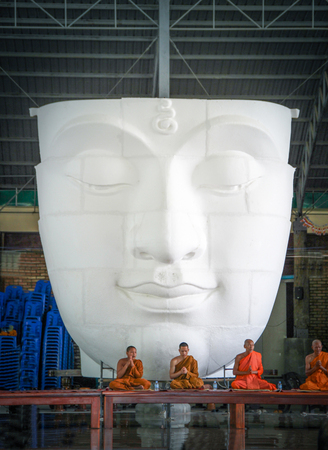 SARABURI, THAILAND-26 maart 2017, de monniken bidden voorkant van Boeddha beeld in Wat Pa Sawang Boon Tempel, provincie Saraburi, Thailand Redactioneel