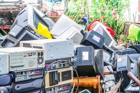27 NOVEMBRE 2018, PRACHINBURI, THALANDE : tas de déchets d'équipements électroniques usagés pour recyclage