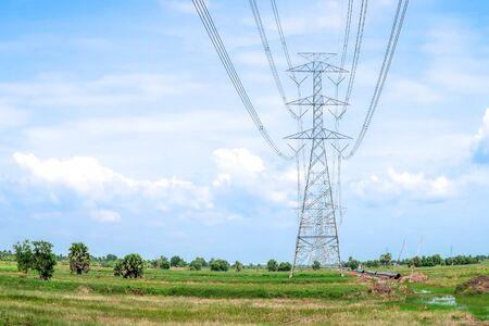 Electricity pylon on blue sky Banque d'images - 130724721