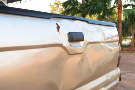 Pickup Auto zurück durch Unfall beschädigt Standard-Bild