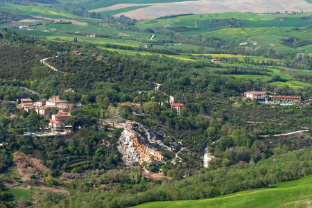 Amazing aerial view of Bagno Vignoni from Fortress of Tentennano, Siena province, Tuscany, Italy 免版税图像