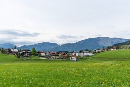 Amazing panoramic view of Abtenau, small village in the mountains in Austria. Cozy village in the Alps. Beautiful spring landscape with blooming fields. Stockfoto