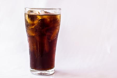 Il vetro coke su uno sfondo bianco.