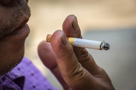 hombre fumando: Hombre de fumar cigarrillos