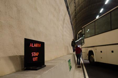 evacuacion: Señalización del túnel de evacuación de emergencia holandés, túnel de evacuación de emergencia