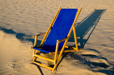 silla de madera: azul silla de madera en el mar del Norte holandés playa de arena