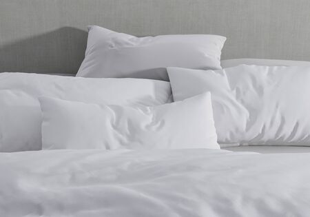 White pillow on the background of bedding. Bed made up. 3d render. lightness and sleep. Zdjęcie Seryjne