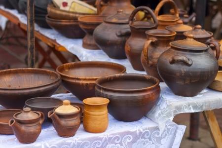 市場で古い手作りの粘土ポットの多く