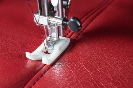 maquina de coser: m�quina de coser y de cuero rojo con un primer plano de costura Foto de archivo