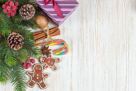 Christmas fir tree on white wooden board background. Top view Zdjęcie Seryjne