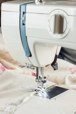 maquinas de coser: sewing machine working part with colofrul cloth