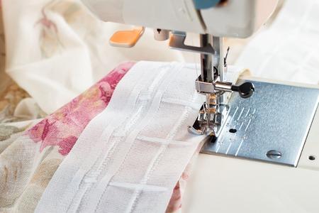 maquinas de coser: proceso de costura por una cinta de la cortina de la m�quina de coser