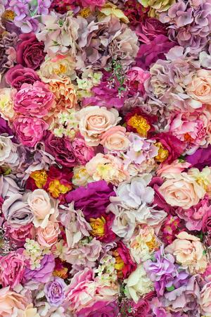 Roze romantische mooie bloemenmuur. achtergrond van rozen voor bruiloftscènes. bovenaanzicht