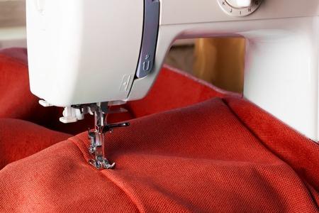 Close-up van naaimachine met rode stof