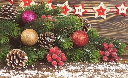 Kerst fir fir tree met decoratie houten achtergrond Stockfoto