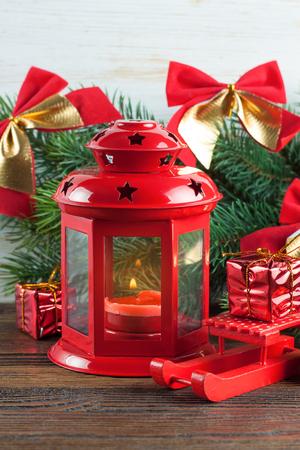 Brandende kaarslantaarn met decoratie.