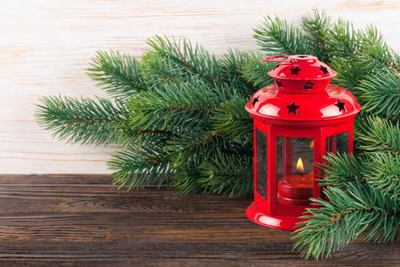 Kerstmis en Nieuwjaar rode kaarslantaarn met Chrismas-boom op witte houten achtergrond. Stockfoto
