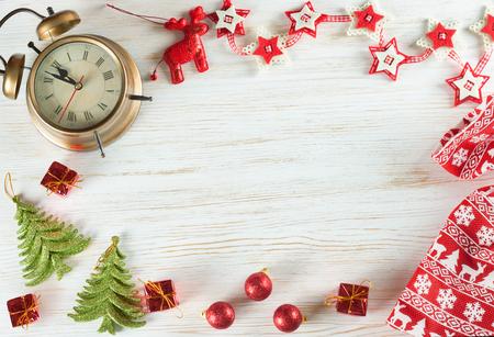 Kerstmis en Nieuwjaar vakantie achtergrond. Kerstversiering op witte houten oppervlak met kopie-ruimte. Bovenaanzicht. Stockfoto - 91278425
