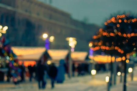 Kleurrijke bokeh defocused Kerstmis eerlijke marktlichten. Onscherpe achtergrond Nieuwjaarsbeurs.