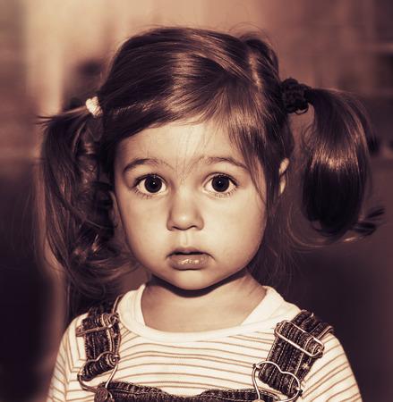 Retrato de la pequeña niña de pensar triste lindo. Entonado