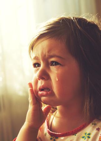 Schattig klein meisje huilt. Afgezwakt
