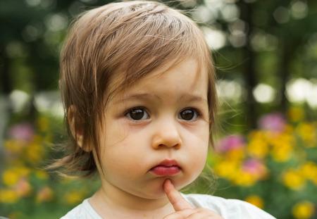 petite fille triste: Cute kid penser au parc Banque d'images