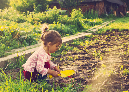 Roztomilá holčička baví na venkově. Tónovaný Reklamní fotografie