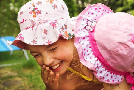 cute little girls: Ni�as lindas que se divierten y riendo en el d�a de verano Foto de archivo