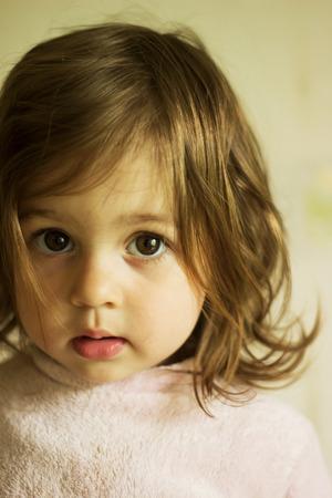 petite fille triste: triste mignonne petite pens�e fille