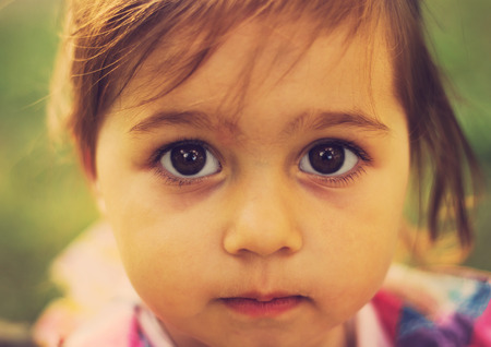 petite fille triste: closeup portrait d'enfant triste mignon avec de grands yeux