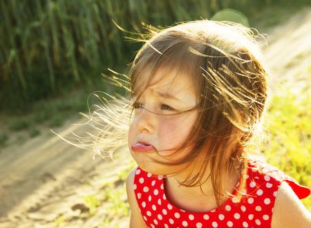 屋外かわいい小さな子供が泣いています。 写真素材