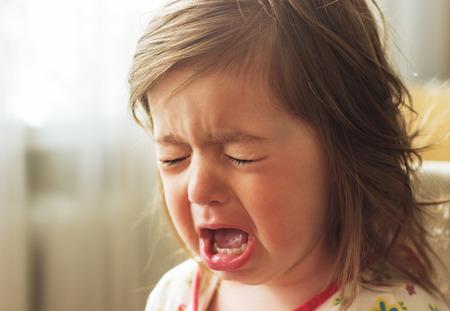 ojos llorando: El pequeño niño lindo está llorando