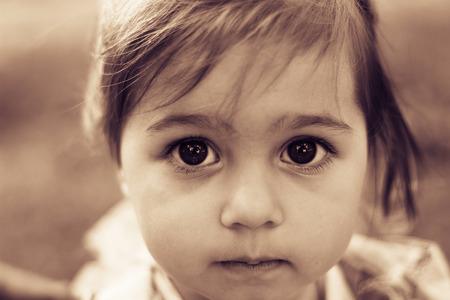 悲しい liitle 女の子のクローズ アップの肖像画。トーン