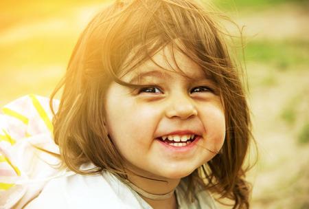 niños felices: Vacaciones de verano - hermosa niño está sonriendo. Virada.