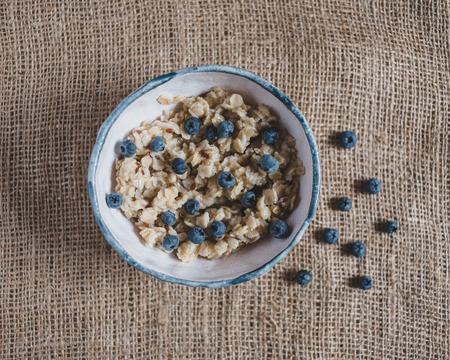 comidas saludables: Harina de avena con arándanos. alimentos saludables, frutas frescas, desayuno saludable, buenos días