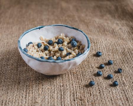 comidas saludables: desayuno saludable. Harina de avena con arándanos, alimentos saludables, frutas frescas, desayuno saludable, buenos días.