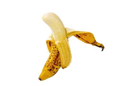 Banana quasi sbucciata su sfondo bianco