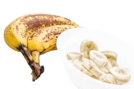 Due banane con banane tagliate su sfondo bianco Archivio Fotografico