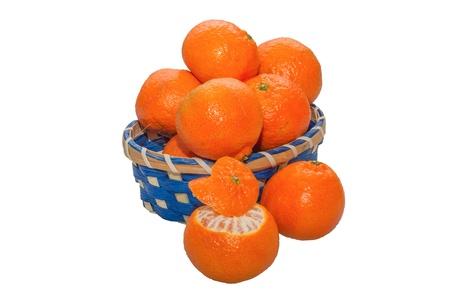 Un Cestino di mandarini con ONU mandarino sbucciato semi