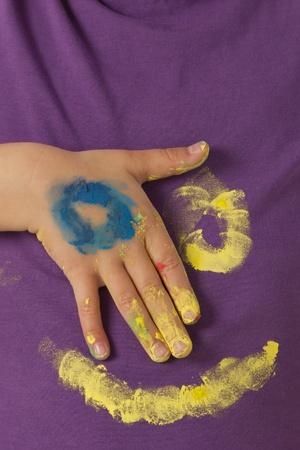 cara pintada: La cara pintada en la camisa de color p�rpura