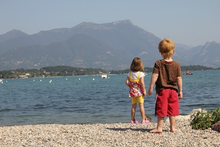 garda: Two kids looking at the lake garda