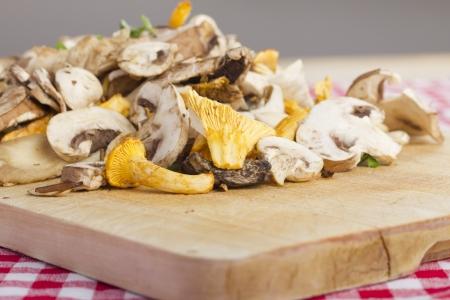 paddenstoel: gemengde verse champignons, gehakt op een houten bord