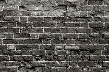 black block: Pared de ladrillo vieja con los ladrillos oscuros