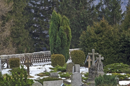 wang: Un cementerio detr�s de Wang templo en Karpacz, Polonia Foto de archivo