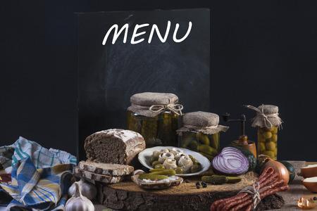 encurtidos: Pepinillos. Los pepinos salados naturaleza muerta