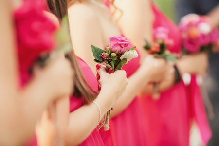 zeugnis: Charming Zeuge in rosa Kleid mit einem Blumenstrau�