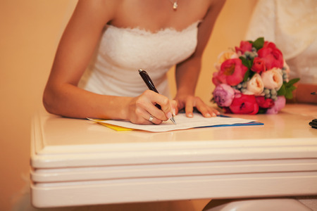 signed: Bride in the registry office dokemente signed in black pen