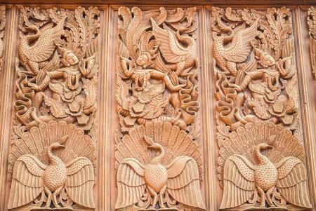 tallado en madera: Antiguo talla de madera en estilo tailand�s Foto de archivo